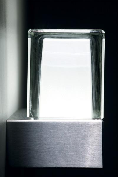 klar pur und minimalistisch die led wandleuchte coros on light licht im netz. Black Bedroom Furniture Sets. Home Design Ideas